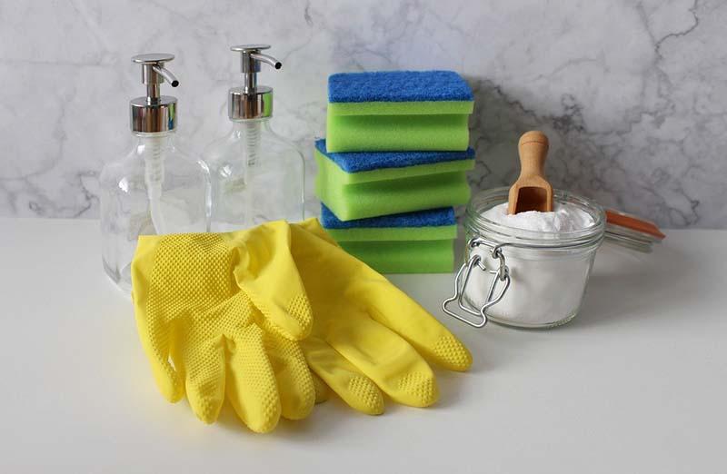 Guanti e spugne per la pulizia della casa