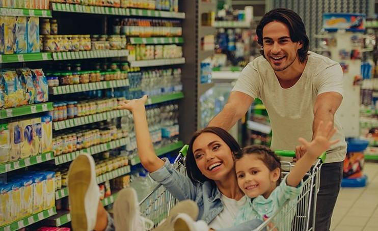 Famiglia felice in corsia del supermercato GDO (Grande Distribuzione Organizzata)