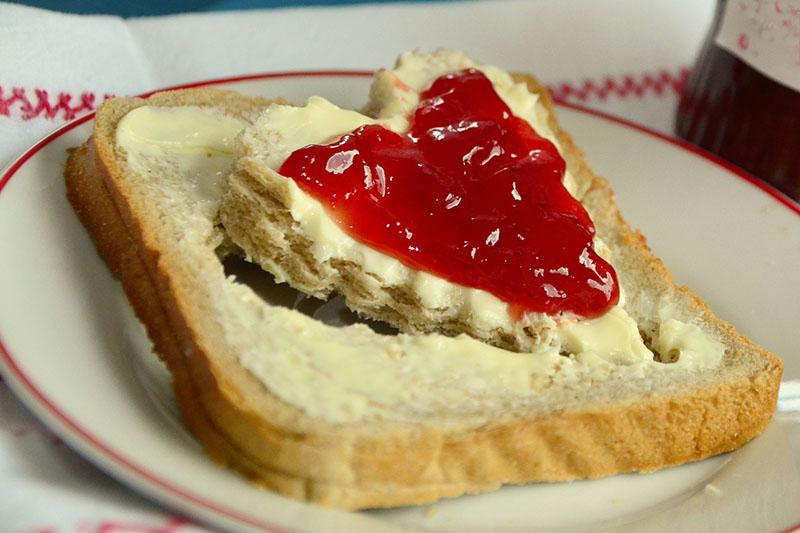Fetta di pane con burro e marmellata