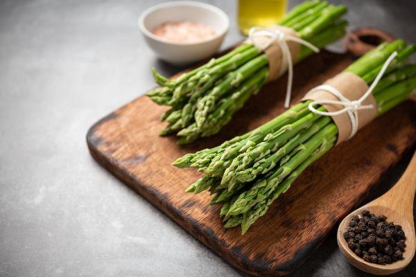 Asparago fresco su tagliere
