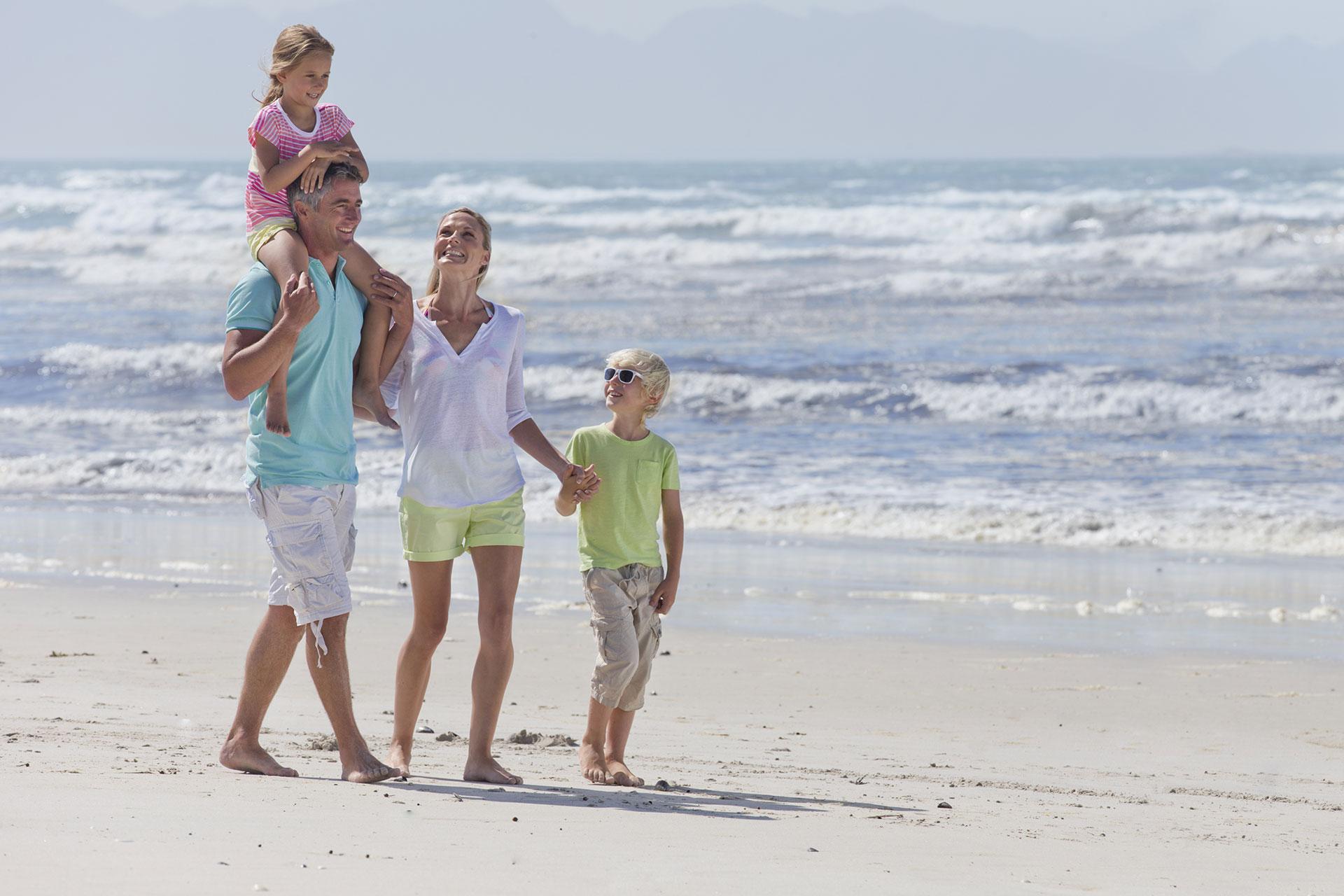 Famiglia passeggia sulla spiaggia
