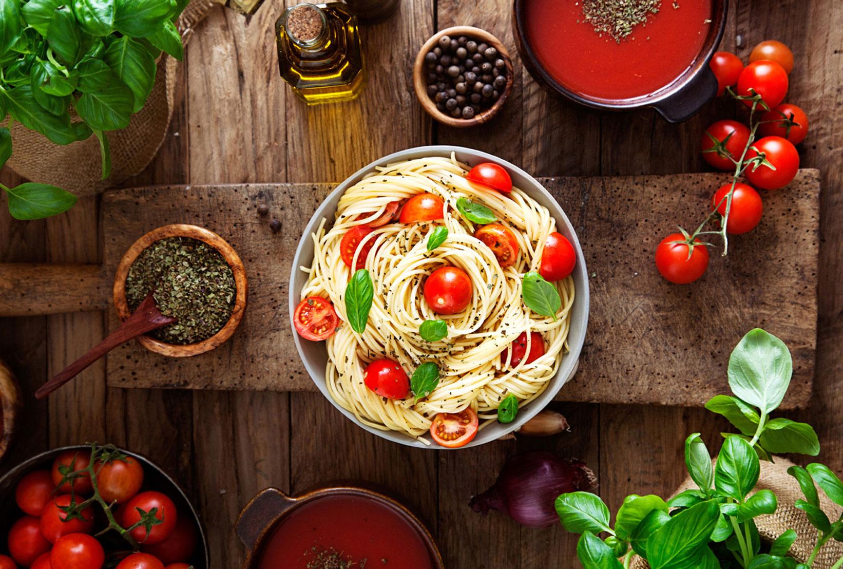 Spaghetti con pomodori e basilico freschi